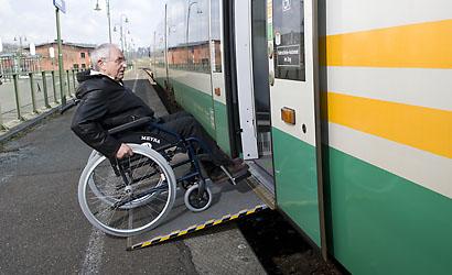Barrierefreier Zustieg über eine Rampe in die Vogtlandbahn
